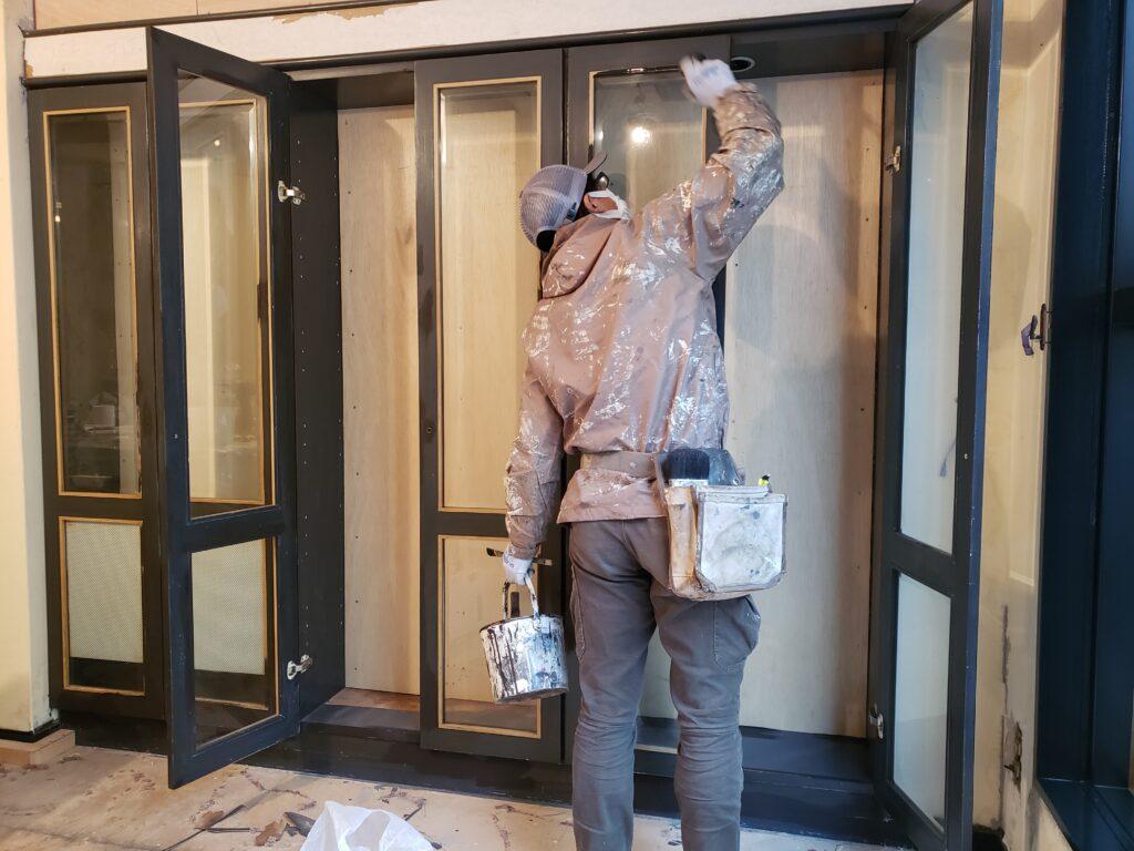 堺市で室内のショーケース塗装/大阪府八尾市の宮川塗装