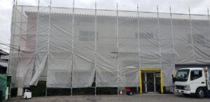 大阪狭山市のテナント倉庫の外壁に足場を架設